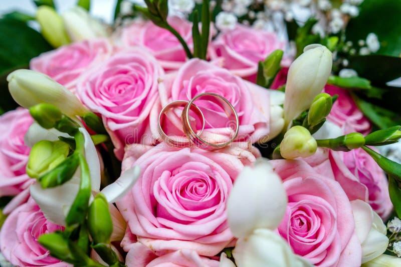 Los anillos de compromiso están en el bukete de la boda fotos de archivo libres de regalías