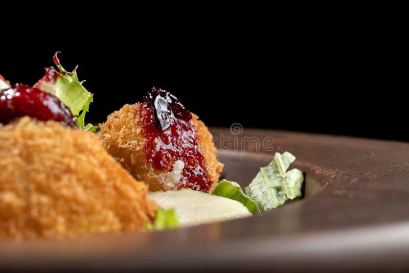 Los anillos de espuma hechos en casa sabrosos del queso atascan, vertido con la pera y salad-2 imagen de archivo libre de regalías