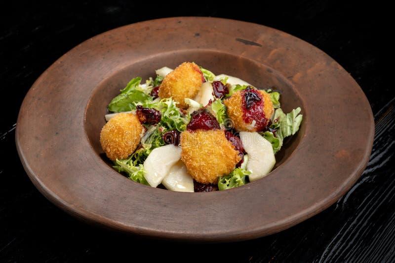 Los anillos de espuma hechos en casa sabrosos del queso atascan, vertido con la pera y salad-2 foto de archivo libre de regalías