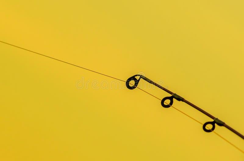 Los anillos de la caña de pescar se cierran para arriba con el fondo aislado imagen de archivo