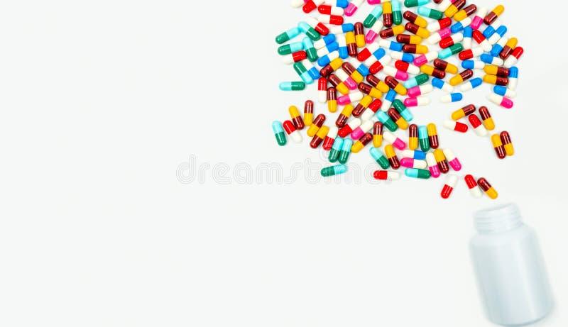 Los antibióticos de colada encapsulan píldoras en la botella plástica foto de archivo libre de regalías