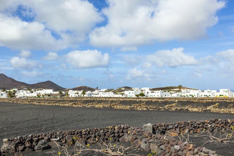 Los apartamentos con la palmera en Yaiza construyeron en área volcánica imagen de archivo libre de regalías