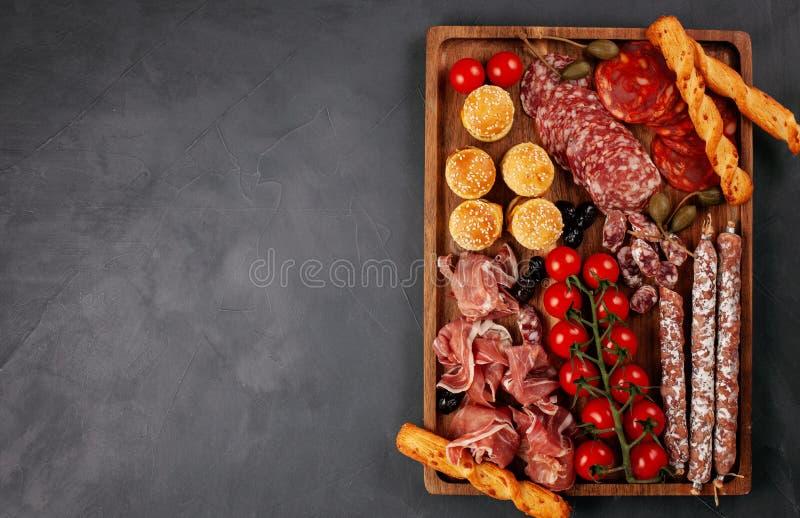 Los aperitivos presentan con los antipasti, el queso, el charcuterie, bocados y vino de los differents Mini hamburguesas, salchic fotografía de archivo