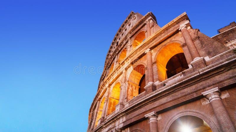 Los arcos brillantes de Colosseum en luminiscencia se encienden en la noche fotografía de archivo