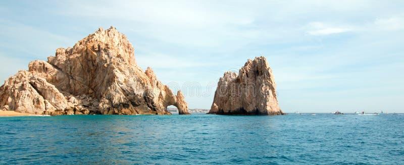 Los Arcos/de Boog op Landeind zoals die van de Vreedzame Oceaan in Cabo San Lucas in Baja Californië Mexico wordt gezien royalty-vrije stock afbeelding