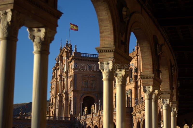 Los arcos de la Plaza estupenda De Espana, de España y de la bandera española imagenes de archivo