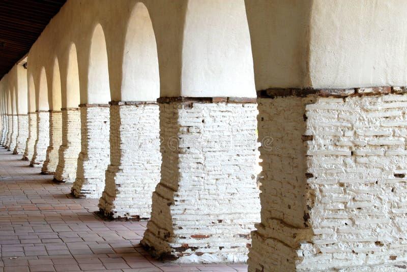 Los arcos en la misión de San Juan Bautista imagen de archivo libre de regalías