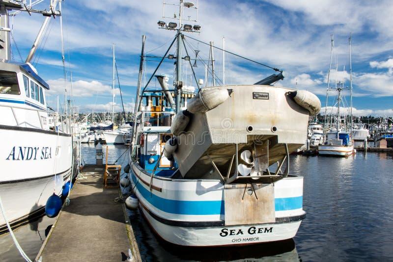 Los arrastreros de monedero amarraron en el terminal del ` s del pescador en Seattle Washington imagenes de archivo