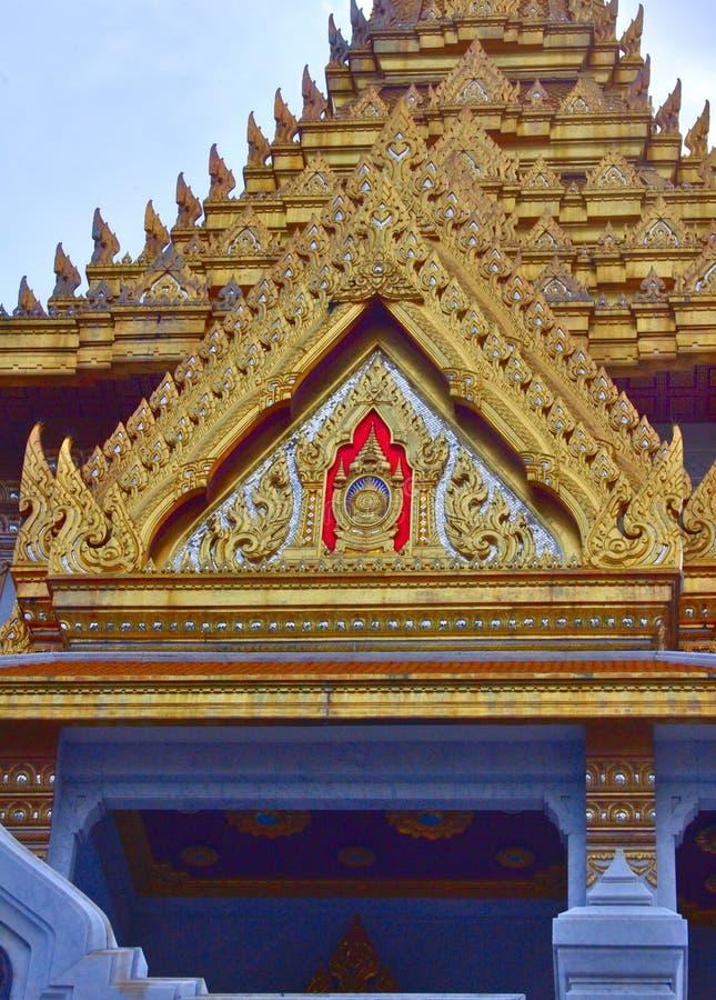 Los artículos de la decoración del templo de oro de Buda foto de archivo