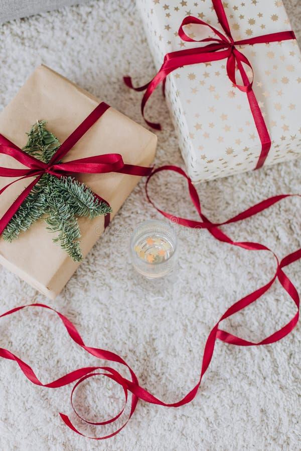 Los artículos de la Navidad fijaron Año Nuevo de las cintas de las cajas de regalos imágenes de archivo libres de regalías