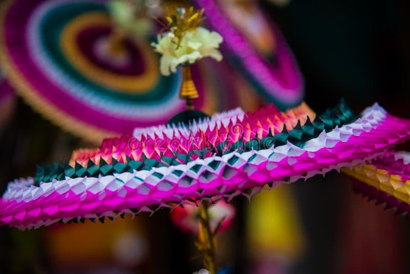 Los artículos decorativos hechos de papel de Colourfull venden en el mercado en Chidambaram, Tamilnadu, la India imágenes de archivo libres de regalías