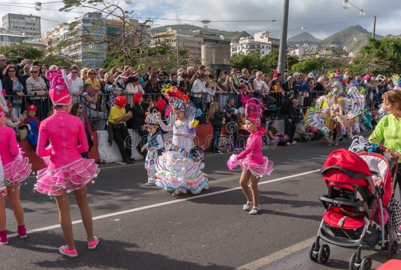Los artistas jovenes bailan delante de la audiencia durante el carnaval fotos de archivo