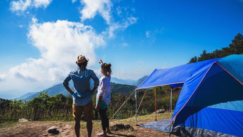 Los asi?ticos de la mujer y del hombre del amante viajan para relajarse el acampar en el d?a de fiesta En la monta?a tailandia fotografía de archivo libre de regalías