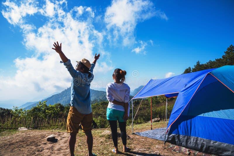 Los asi?ticos de la mujer y del hombre del amante viajan para relajarse el acampar en el d?a de fiesta En la monta?a tailandia fotos de archivo libres de regalías