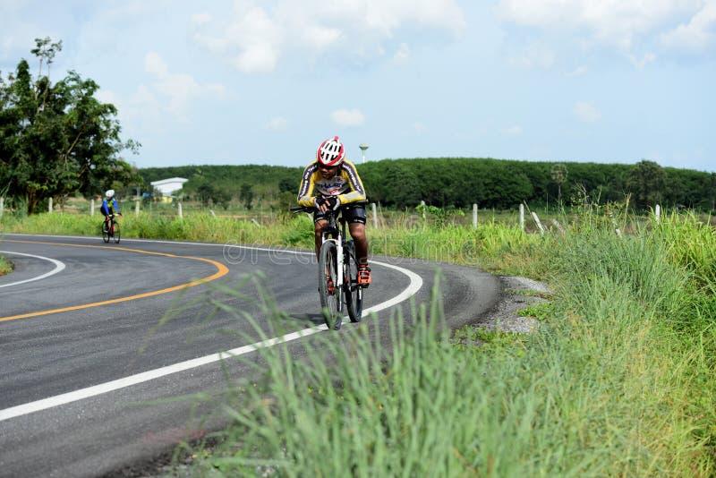 Los atletas aficionados de la bici hacen la mayor parte de sus esfuerzos en el viaje de la caridad de la raza de bicicleta imágenes de archivo libres de regalías