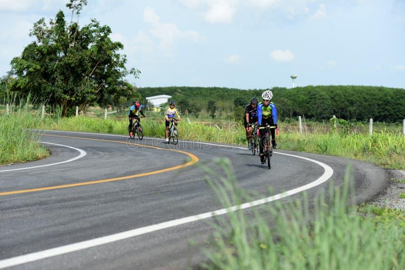 Los atletas aficionados de la bici hacen la mayor parte de sus esfuerzos en el viaje de la caridad de la raza de bicicleta fotografía de archivo