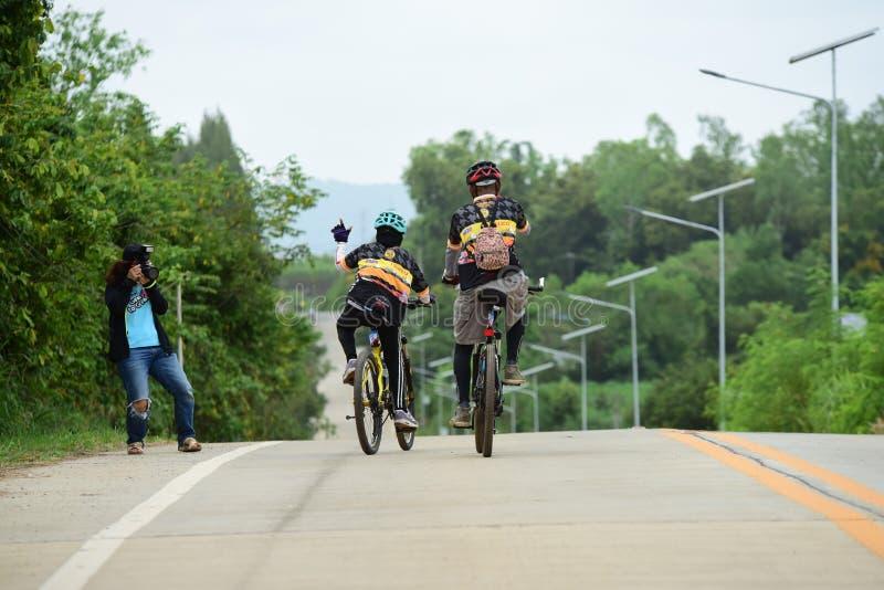 Los atletas aficionados de la bici hacen la mayor parte de sus esfuerzos en el viaje de la caridad de la raza de bicicleta fotos de archivo