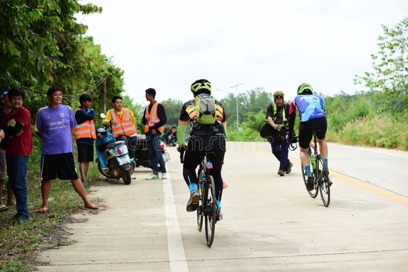 Los atletas aficionados de la bici hacen la mayor parte de sus esfuerzos en el viaje de la caridad de la raza de bicicleta imagen de archivo