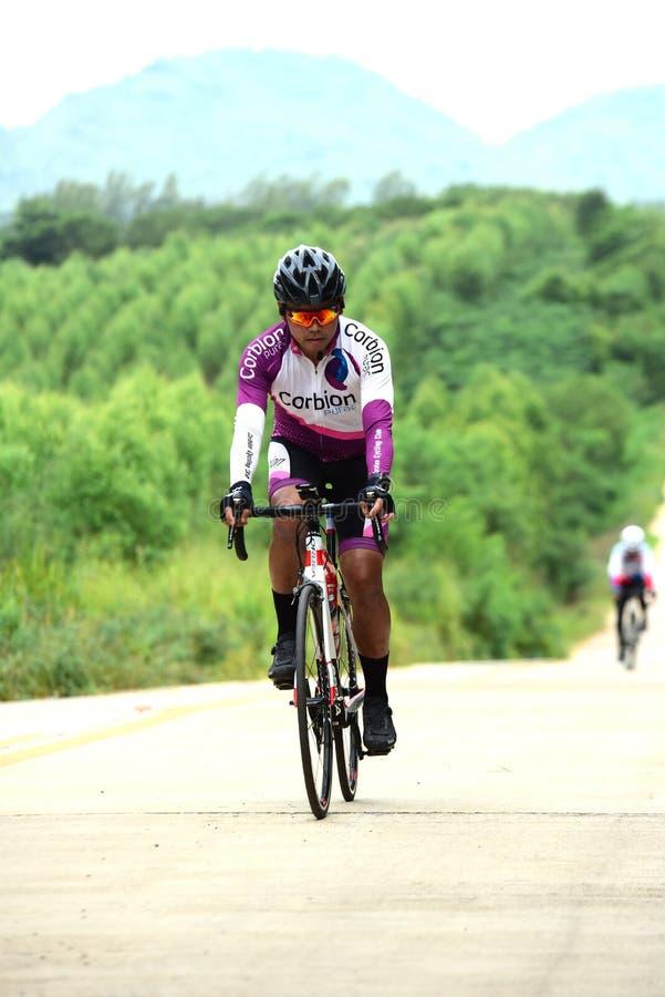 Los atletas aficionados de la bici hacen la mayor parte de sus esfuerzos en el viaje de la caridad de la raza de bicicleta fotos de archivo libres de regalías