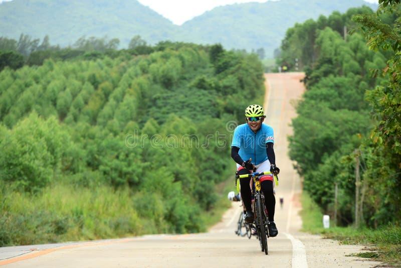Los atletas aficionados de la bici hacen la mayor parte de sus esfuerzos en el viaje de la caridad de la raza de bicicleta foto de archivo libre de regalías