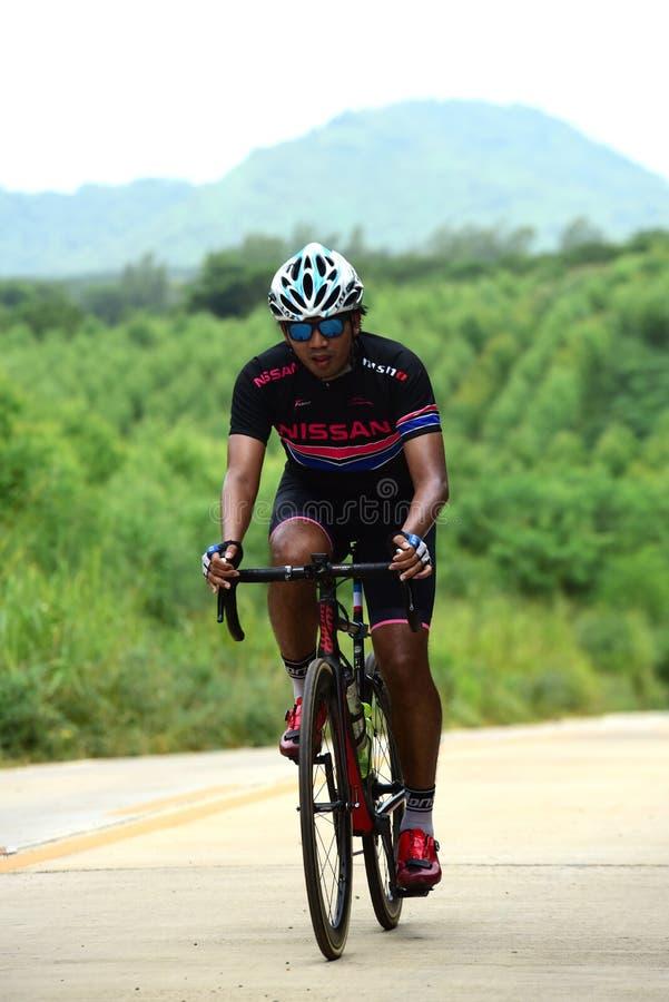 Los atletas aficionados de la bici hacen la mayor parte de sus esfuerzos en el viaje de la caridad de la raza de bicicleta imagen de archivo libre de regalías