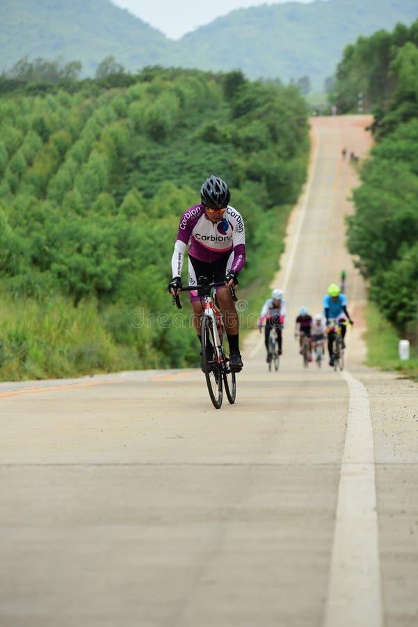 Los atletas aficionados de la bici hacen la mayor parte de sus esfuerzos en el viaje de la caridad de la raza de bicicleta foto de archivo