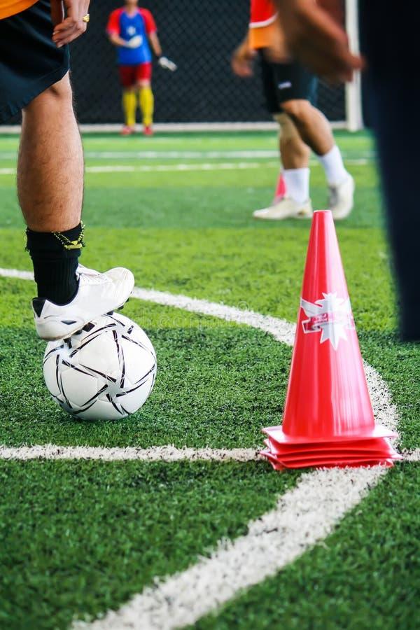 Los atletas del fútbol están entrenando para alcanzar habilidad en el campo de fútbol imágenes de archivo libres de regalías