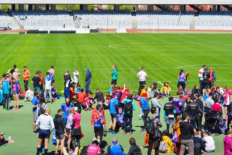Los atletas esperan la ceremonia de entrega de los premios en estadio de la arena de Cluj fotografía de archivo