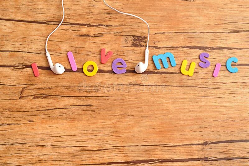 Los auriculares blancos con las palabras I aman música fotografía de archivo libre de regalías
