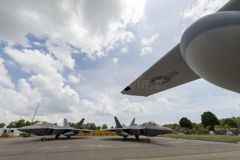 Los aviones de combate militares estáticos de U.S.A.F.F-22 en el salón aeronáutico 2016 de Singapur celebraron en Changi fotos de archivo libres de regalías