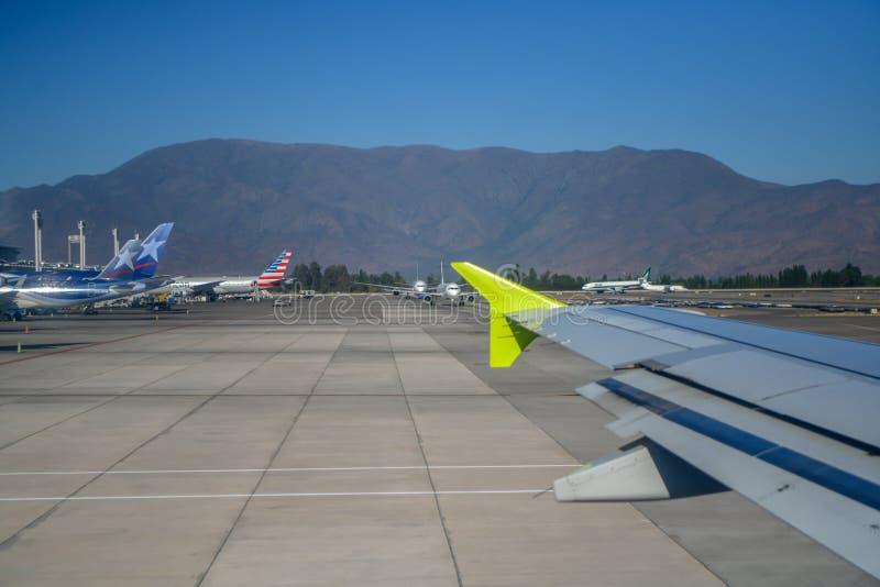 Los aviones de la pista del aeropuerto viajan a un mundo distante imagenes de archivo