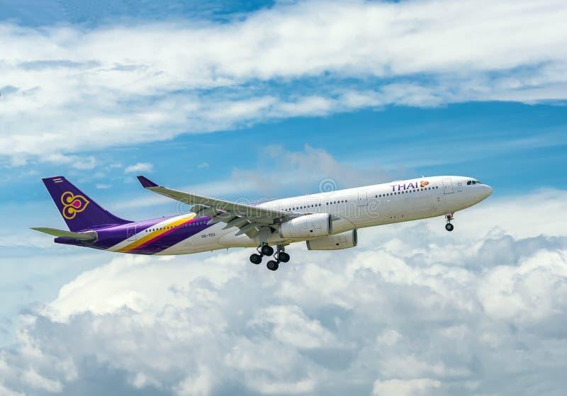 Los aviones de pasajero Airbus A330 de la mosca de Thai Airways en cielo se preparan al aterrizaje en Tan Son Nhat International  fotografía de archivo libre de regalías
