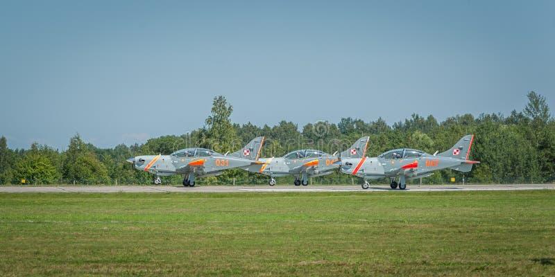 Los aviones del equipo de Orlik salen la pista funcionando durante el despegue fotografía de archivo