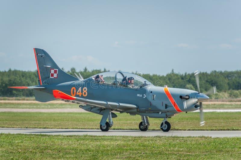 Los aviones del equipo de Orlik se sientan en la pista durante el aterrizaje imagenes de archivo