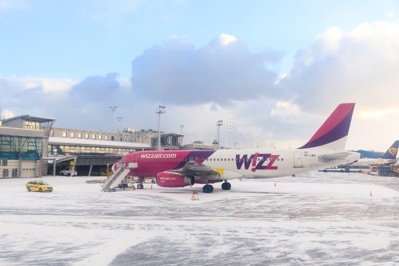 Los aviones en la pista del aeropuerto de Lech Valesa foto de archivo libre de regalías