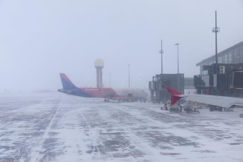 Los aviones en la pista durante la ventisca imagen de archivo
