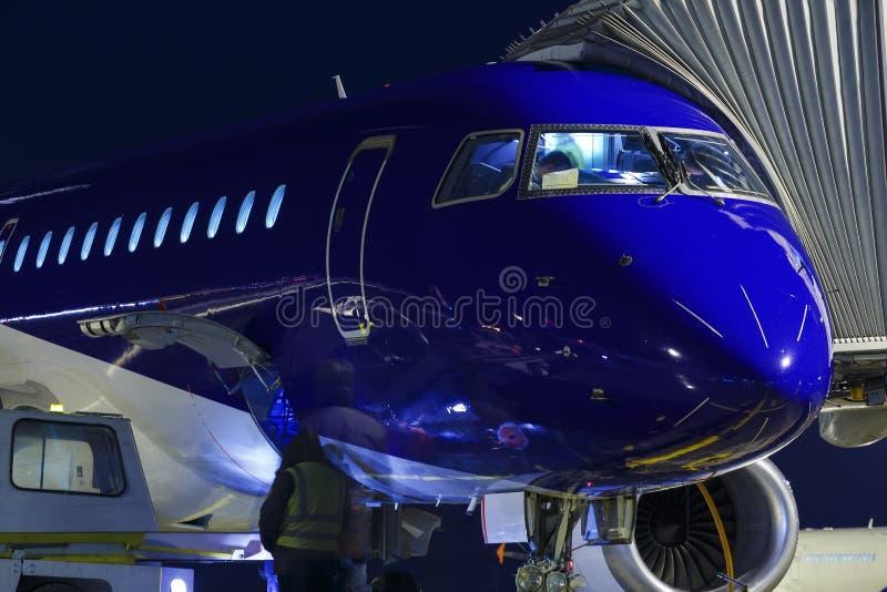 Los aviones parquearon en el aeropuerto y la preparación para el vuelo siguiente Cargo del cargamento en el avión en terminal de  foto de archivo libre de regalías