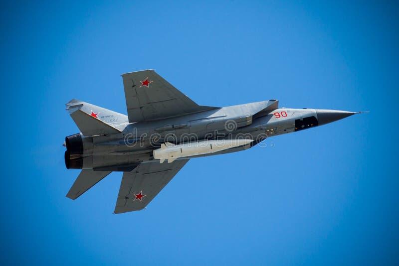 Los aviones supersónicos rusos del interceptor MiG-31 con el nuevo secreto Kh-47M2 Kinzhal apuñalan el misil hipersónico de lanza imagen de archivo