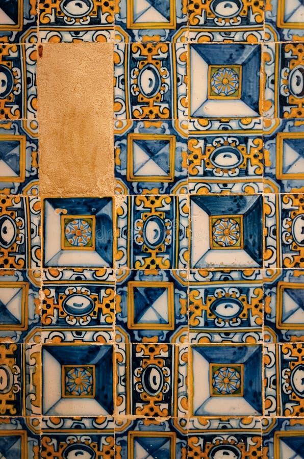 Los azulejos portugueses tradicionales, lata típica esmaltaron las baldosas cerámicas blancas y azules imagen de archivo