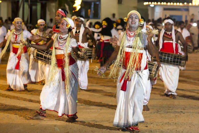 Los bailarines colorido vestidos se realizan en el festival de Kataragama en Sri Lanka foto de archivo
