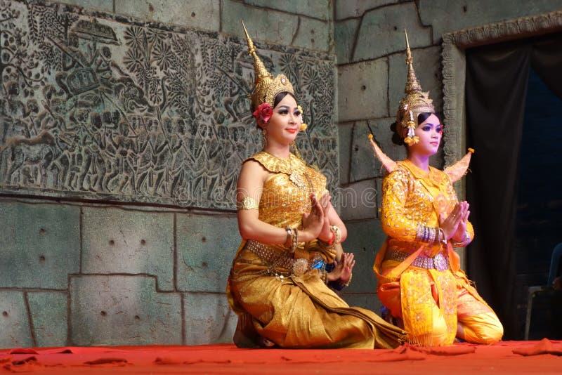 Los bailarines de Apsara se arrodillan en el funcionamiento, Siem Reap, Camboya imágenes de archivo libres de regalías