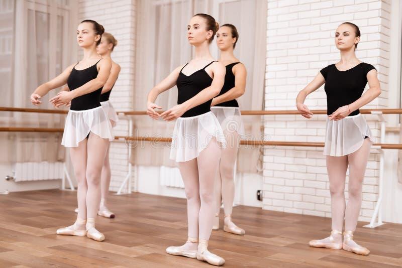 Los bailarines de ballet de las muchachas ensayan en clase del ballet imagen de archivo