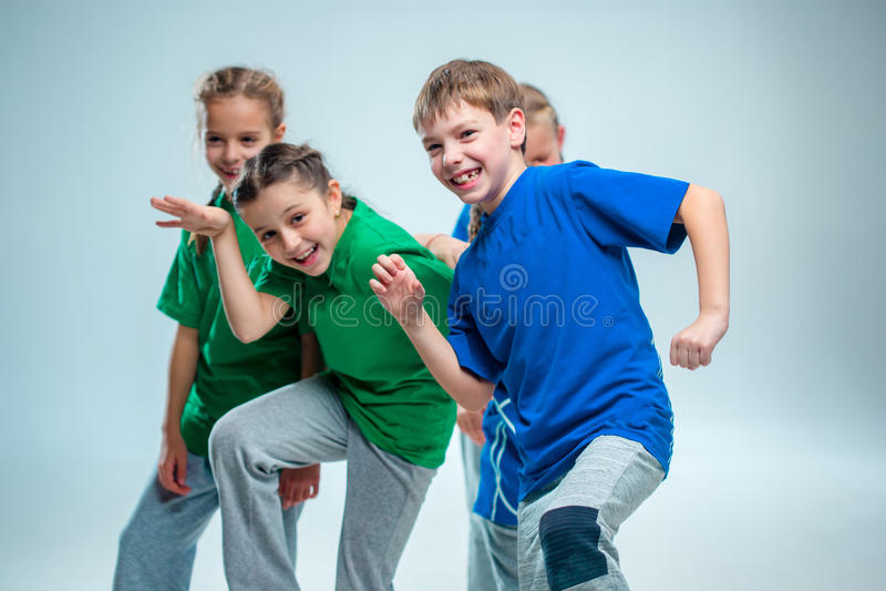 Los bailarines de la escuela de danza de los niños, del ballet, de hiphop, de la calle, enrrollados y modernos fotografía de archivo