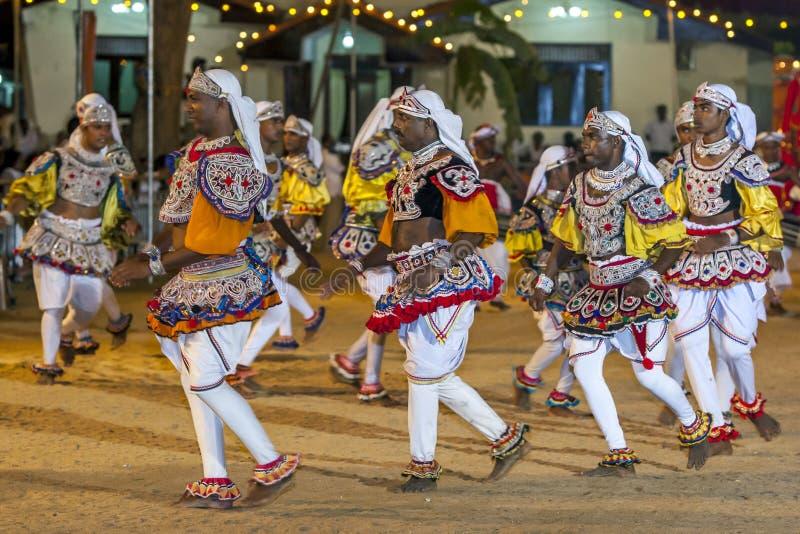 Los bailarines maravillosamente vestidos se realizan en el festival de Kataragama en Sri Lanka fotografía de archivo
