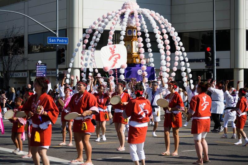 Los bailarines no identificados participan en el desfile magnífico 5 de la 73a semana anual de Nisei imágenes de archivo libres de regalías