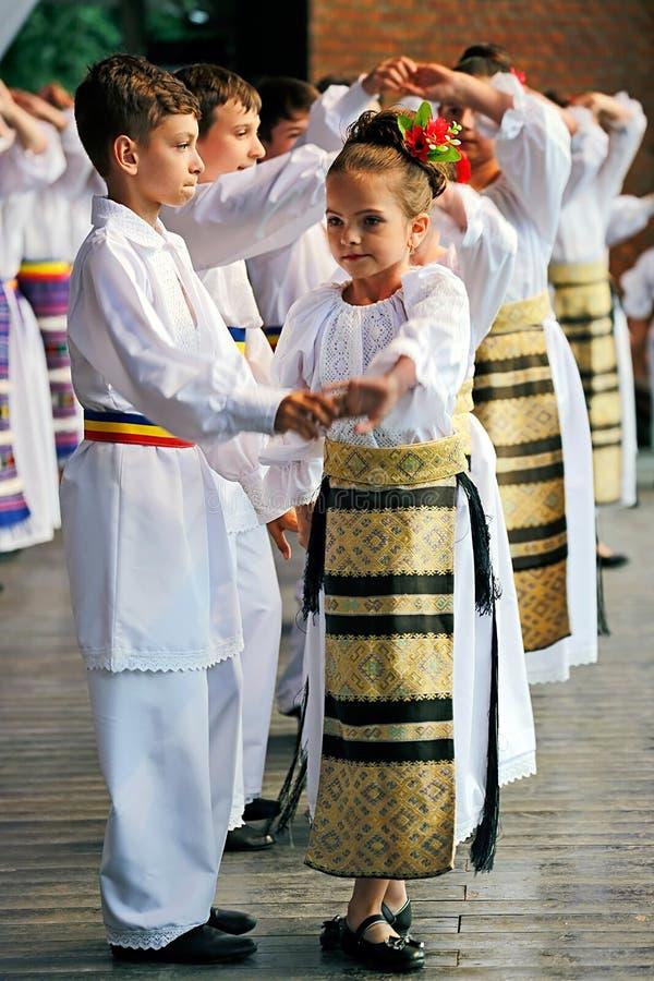 Los bailarines populares del niño rumano se realizan en una demostración fotos de archivo