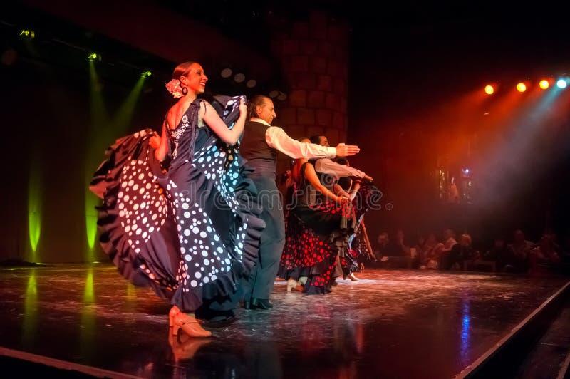 Los bailarines populares hermosos realizan la danza apasionada española famosa del flamenco en la etapa del castillo de San Migue foto de archivo