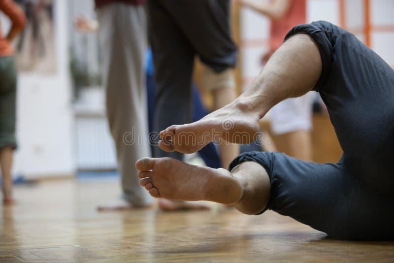 los bailarines se alzan, las piernas, en piso fotografía de archivo