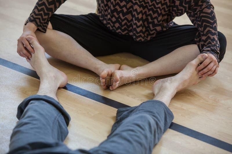 los bailarines se alzan, las piernas, en piso foto de archivo