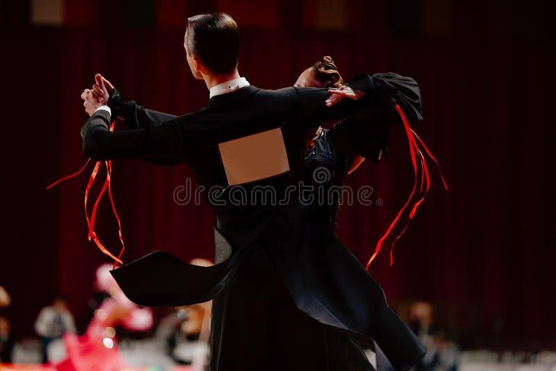 los bailarines traseros de los pares bailan el vals imagen de archivo